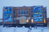 В Дудинке очищают крыши от снега и наледи