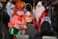 Дед Мороз и Снегурочка сменили сани на автобус