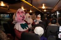 Дед Мороз, Снегурочка и Поросёнок поздравили пассажиров