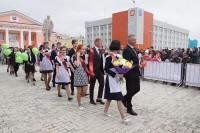 Дудинцы пожелали успеха выпускникам и счастья молодожёнам