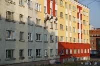 В Дудинке окрашивают фасады жилых домов