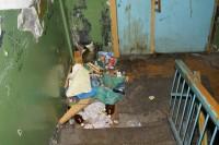 Складирование мусора в подъездах жилых домов запрещено законом!